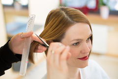 Closeup av bitande hår för frisör Royaltyfri Bild