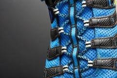 Closeup av blåa skosnöre på grå färger Arkivbild