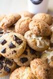 Closeup av blandade kakor Havremjöl marshmallow, chokladchiper Fotografering för Bildbyråer