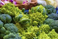 Closeup av broccoli och broccoflower fotografering för bildbyråer