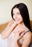 Closeup av brunettflickan i camisole som ler på fotografering för bildbyråer