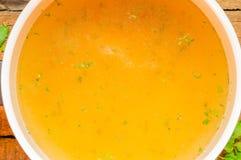 Closeup av buljong, klar soppa eller buljong i en kastrull Royaltyfri Foto