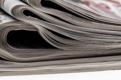 Closeup av bunten av tidningar Sortiment av vikta tidningar på vit Breaking news journalistik, makt av massmedia, Royaltyfri Bild