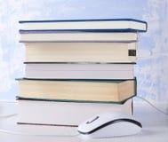 Closeup av bunten av böcker och datormusen Begrepp av e-att l?ra och l?sning royaltyfri bild