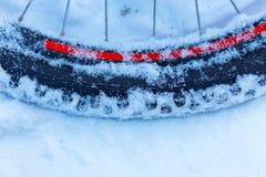 Closeup av cykelhjulet med eker som ligger i snö fotografering för bildbyråer