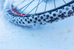 Closeup av cykelhjulet med eker som ligger i snö royaltyfria foton