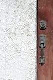 Closeup av dörrhandtaget mot den vita stuckaturen Arkivbilder