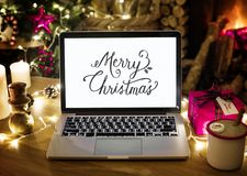 Closeup av datorbärbara datorn på juldag royaltyfria bilder