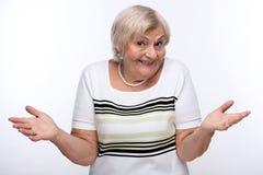 Closeup av den äldre kvinnan som rycker på axlarna skuldror Fotografering för Bildbyråer