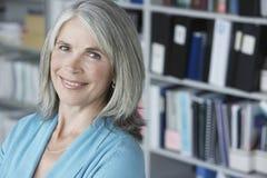 Closeup av den åldriga affärskvinnan Smiling för mitt  royaltyfri foto