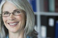 Closeup av den åldriga affärskvinnan Smiling för mitt  arkivfoton