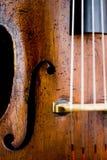 Closeup av den åldriga violoncellen fotografering för bildbyråer
