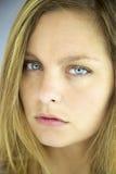 Closeup av den allvarliga blonda flickan Fotografering för Bildbyråer