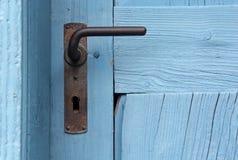 Closeup av den blåa dörren med den gamla dörrhandtaget arkivfoto