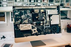 Closeup av den defekta elkraften i datorbildskärm i electr service arkivbild