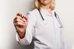 Closeup av den doktorshanden och pennan arkivfoton