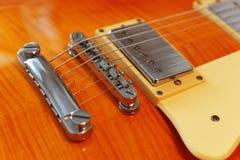 Closeup av den elektriska gitarren för tappning Detalj selektiv fokus Arkivbilder