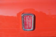 Closeup av den fiat 500 logoen på bilen Royaltyfri Fotografi