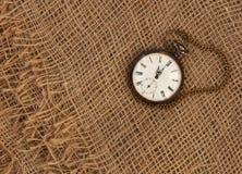 Closeup av den gamla klockan på gammal grungy säckväv övergående tid för begrepp arkivbild