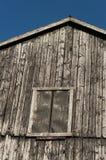 Closeup av den gamla lantliga svarta skalande ladugården med djupblå himmel Royaltyfri Bild