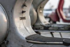 Closeup av den gamla sparkcykeln som parkeras på en gata royaltyfri fotografi