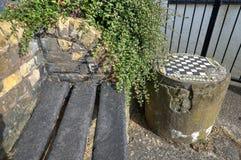 Closeup av den gamla utomhus- schacktabellen och bänken fotografering för bildbyråer