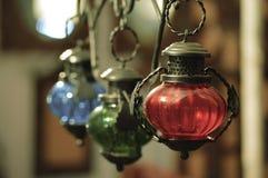 Closeup av den hängande lampan inomhus Arkivbild