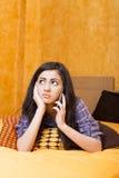 Closeup av den härliga tonårs- flickan som talar på hennes smarta telefon arkivfoton