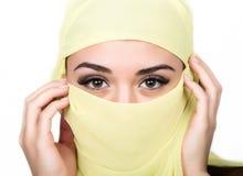 Closeup av den härliga unga arabiska kvinnan i gul hijab Berlock och skönhet av öst arkivfoton