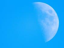 Closeup av den högra halvmånen i den tysta himlen Royaltyfri Foto