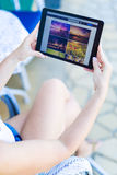 Closeup av den lyckliga kvinnan som använder minnestavlaPC i parkera arkivfoto