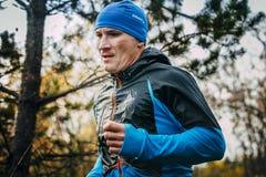 Closeup av den manliga löparen av medelåldersa körningar till och med skog Fotografering för Bildbyråer