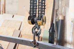 Closeup av den metalliska industriella kroken för att lyfta tungt ting i fabriken royaltyfri bild