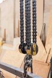 Closeup av den metalliska industriella kroken för att lyfta tungt ting i fabriken fotografering för bildbyråer
