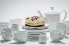 Closeup av den söta vita kakan med mousse, choklad och porslin royaltyfri bild