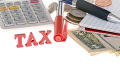 Closeup av den skatttecknet, räknemaskinen, markören, sedlar, mynt och PA Fotografering för Bildbyråer