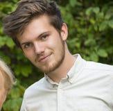 Closeup av den skäggiga unga mannen med en kvinna av ram Arkivfoto