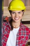 Closeup av den säkra teknikern Wearing Hardhat Fotografering för Bildbyråer