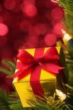 Closeup av den små gåvan på julgran. (vertical) royaltyfri bild