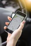 Closeup av den smarta telefonen för kvinnligt handinnehav genom att använda navigeringsystem arkivbilder