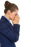 Closeup av den trötta affärskvinnainnehavframsidan i händer arkivfoto