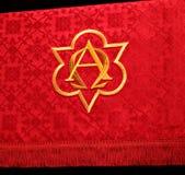 Closeup av den traditionella röda kyrkliga paramenten fotografering för bildbyråer