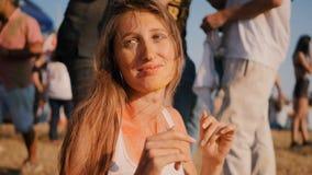 Closeup av den unga kvinnan som har gyckel på den Holi festivalen arkivfilmer