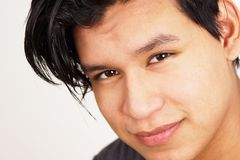 Closeup av den unga latinamerikanska mannen Royaltyfri Bild