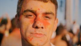 Closeup av den unga mannen som har gyckel på den Holi festivalen arkivfilmer