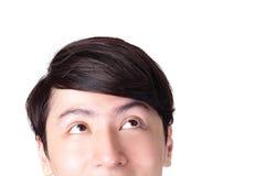 Closeup av den unga mannen som ser upp Arkivbilder