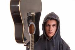 Closeup av den unga musikern med hans akustiska gitarr. Selektivt Royaltyfri Bild