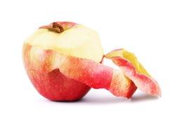 Closeup av den vridna peelen av det röda äpplet som isoleras på vit backgroun Arkivfoton