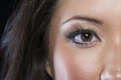 Closeup av det asiatiska ögat med den svarta eyeliner arkivbilder