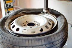 Closeup av det gamla brutna hjulet med det smutsiga däcket in arkivbilder